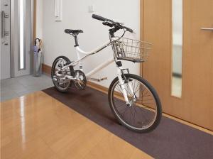 自転車置き場にマットを敷く